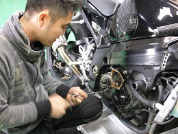 当店では、大型車やスポーツ車のエンジンをはじめとしたメンテナンス・修理から原付バイクのメンテナンスまで幅広く承っています。点検などはおおよそ30分~1時間半位で終わります。点検の際にチェックする箇所は、ブレーキペダル・レバーの遊びの量と効き具合、ライト回り、ブレーキ液の量の確認やタイヤの空気圧、ドライブチェーンなどです。修理・メンテナンスはいつでも承りますので、お気軽にご相談・ご来店ください。
